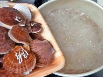 帆立稚貝をお湯に入れる