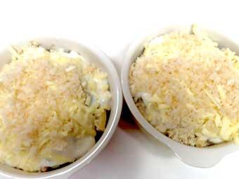 粉チーズとパン粉を乗せる