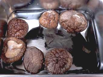 帆立稚貝(ベビーホタテ)八宝菜に使う干し椎茸を戻す