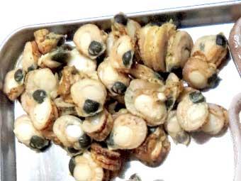 八宝菜に使う帆立稚貝を剥き身にする