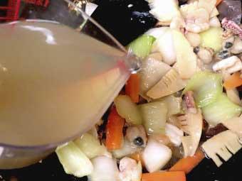 帆立稚貝(ベビーホタテ)八宝菜にスープを加える
