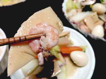 帆立稚貝(ベビーホタテ)の海鮮八宝菜の海老とたけのこ