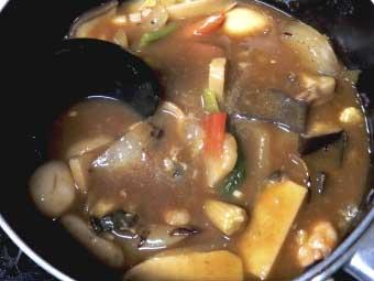 帆立稚貝(ベビーホタテ)の海鮮あんかけカレーを煮込む