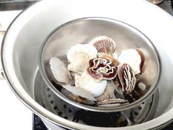 ピザに使う帆立稚貝を蒸す