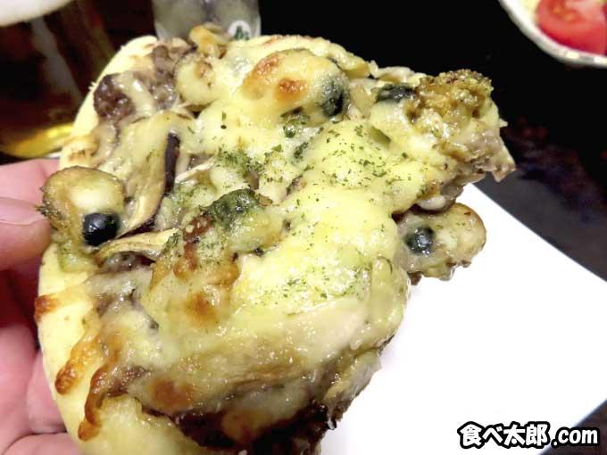 帆立稚貝とキノコのピザの1ピース
