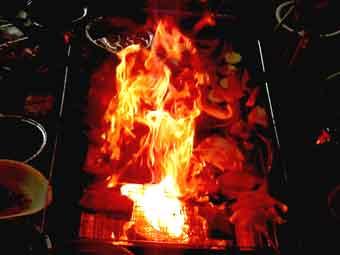 BBQ網で豚バラブロックを焼くと脂で燃え上がる