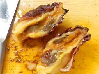 海鞘(ホヤ)を殻ごと2つに割る