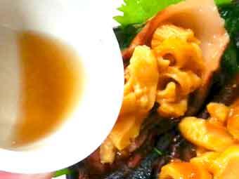 海鞘(ホヤ)の刺身に海鞘水をかける