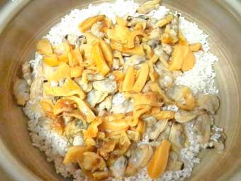 土鍋に米と具材を入れる