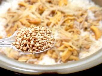 ホヤとアサリの炊き込みご飯に胡麻を入れる