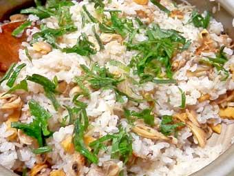 ホヤとアサリの炊き込みご飯に大葉を散らす