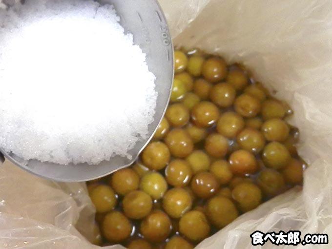 カリカリ小梅に塩を追加