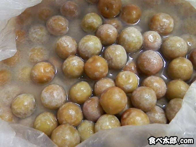 小梅に付いたカルシウムや塩の膜