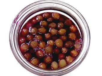 小梅を赤梅酢カルシウム液で漬ける