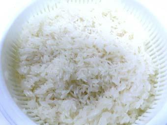 カオマンガイ用のジャスミンライスの水気を切る