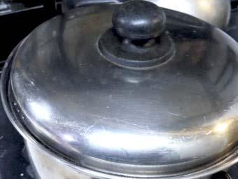 鍋でタイ米を炊く