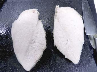 カオマンガイ用の茹で鶏を切る