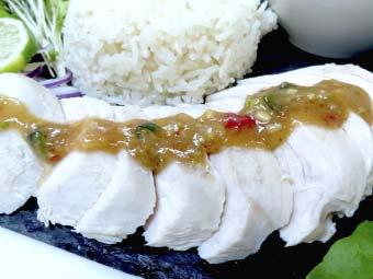 カオマンガイ用の茹で鶏にタレをかける