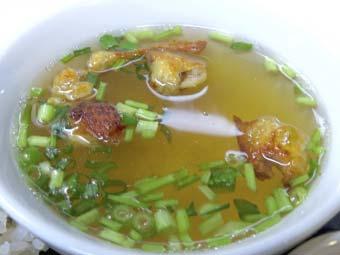 カオマンガイ用のスープに具を入れる