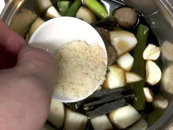 大判チャーシューを漬け込むタレに砂糖を入れる