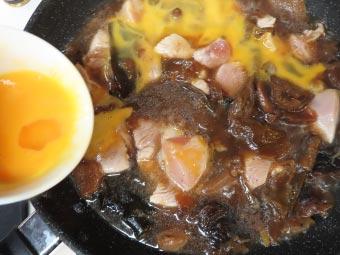 チャーシューに使った野菜に溶き卵を足す
