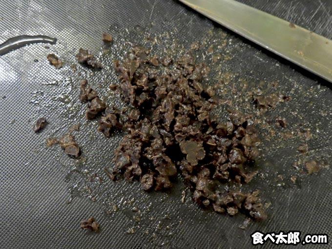 卵黄味噌漬けに使う豆鼓を刻む