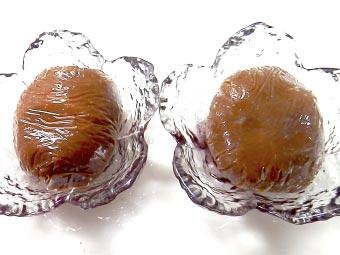 卵黄と味噌をラップで包む