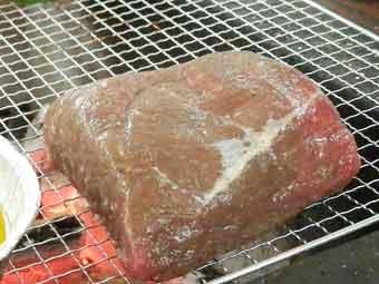 ローストビーフ用の牛肉をBBQ網で焼いていく