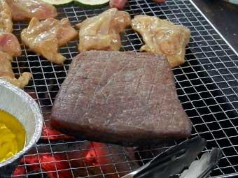 ローストビーフ用の牛肉をBBQ網で全面焼く