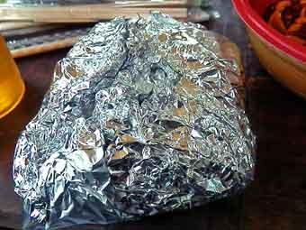ローストビーフ用の牛肉をアルミホイルで包む