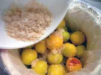 梅の上から塩と砂糖をかける