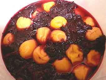 赤梅酢に漬けたばかりの梅