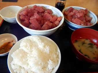 まぐろいっぱい丼と白飯大盛り
