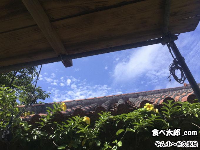 「やん小~」の屋外席から見上げた青空@久米島