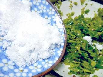 柚皮と青唐辛子に塩を混ぜる