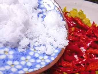 塩を混ぜて赤柚子胡椒を作る